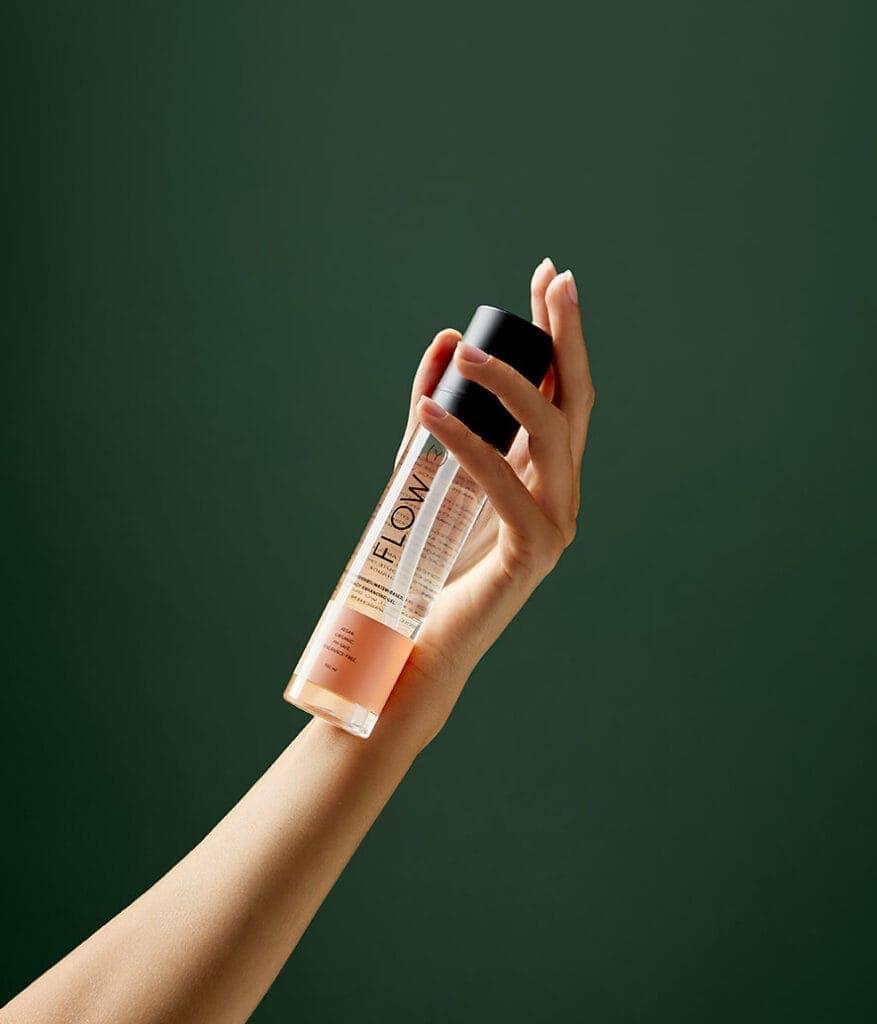 Flow lubrificante a base acqua sorretto da mano