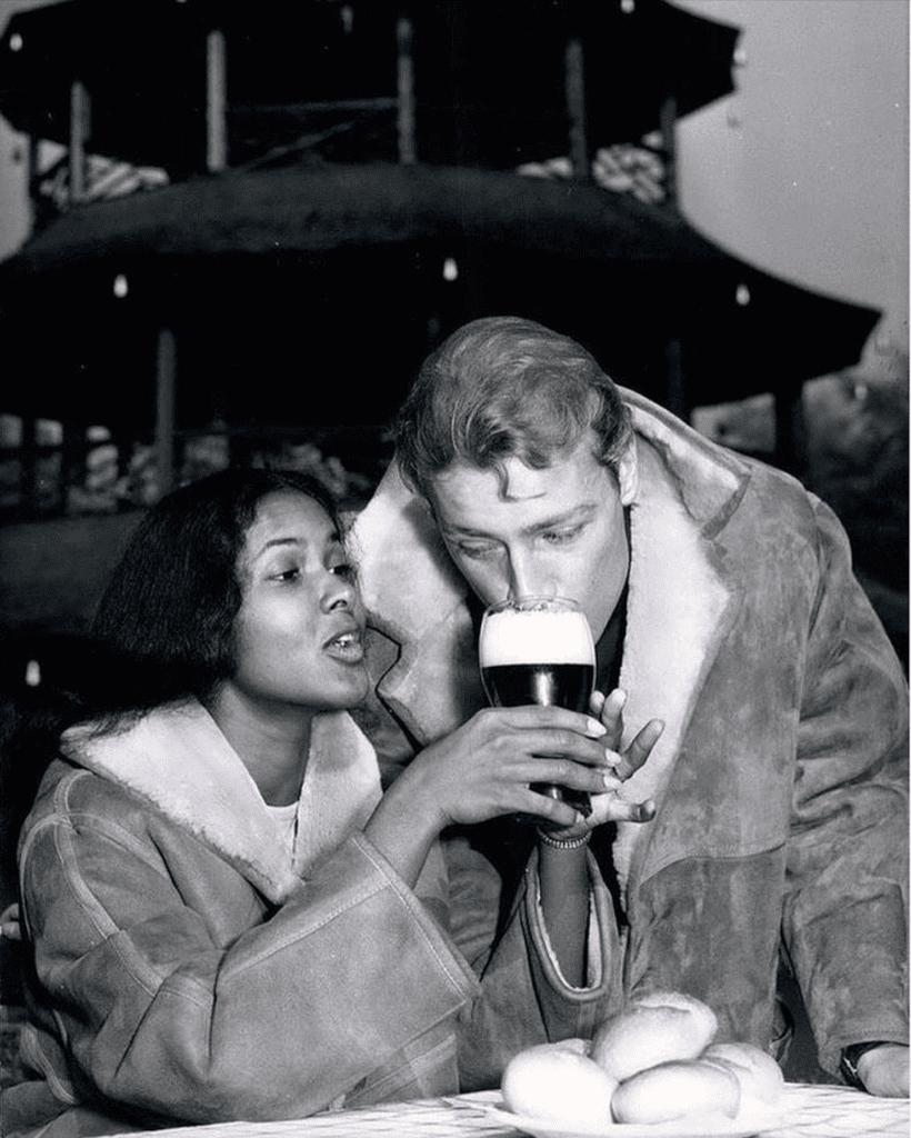 Una donna e un uomo condividono una birra